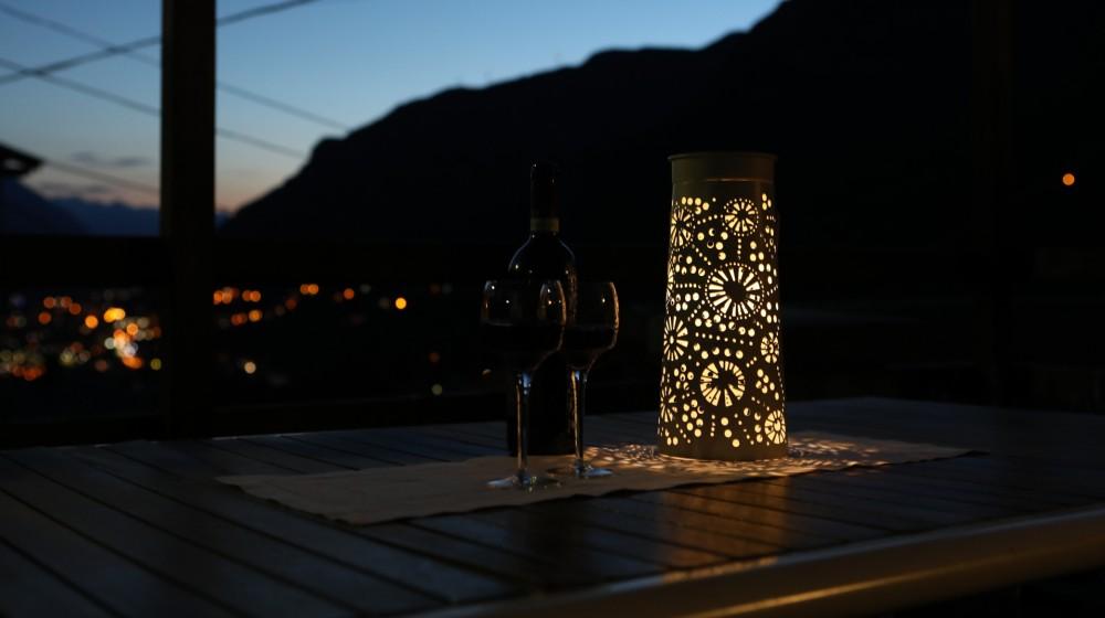 in serata, panorama dal giardino